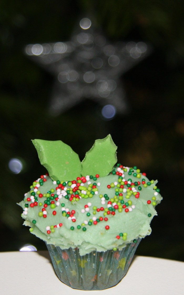 holly mini christmas cupcakes