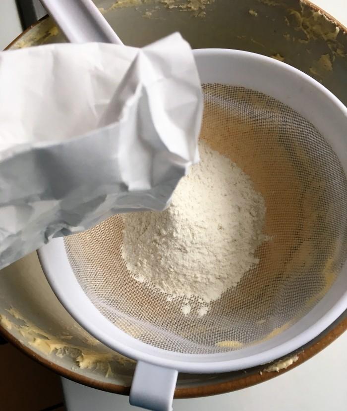 making victoria sponge